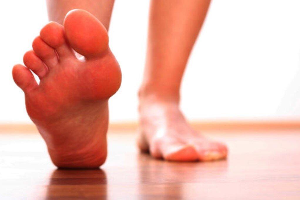 Yürürken parmakların altındaki ayağındaki ağrı: ne tedavi edilir, ne tür bir doktora başvurmalıyım